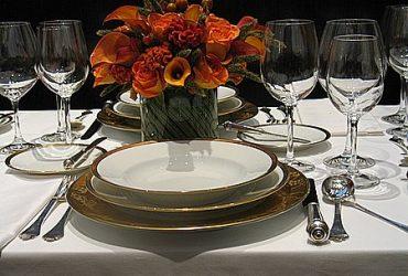 Mesa arrumada – talheres, pratos e taças no lugar certo
