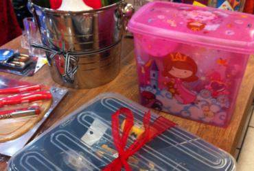 Montando kits de presentes em lojas de utilidades ou supermercado