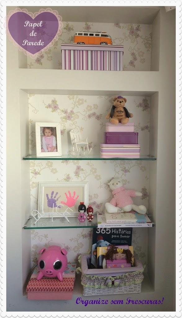 O meu novo desafio foi revestir um nicho do quarto da minha filha com sobras de papel de parede usado no seu quarto. O resultado? Veja abaixo: